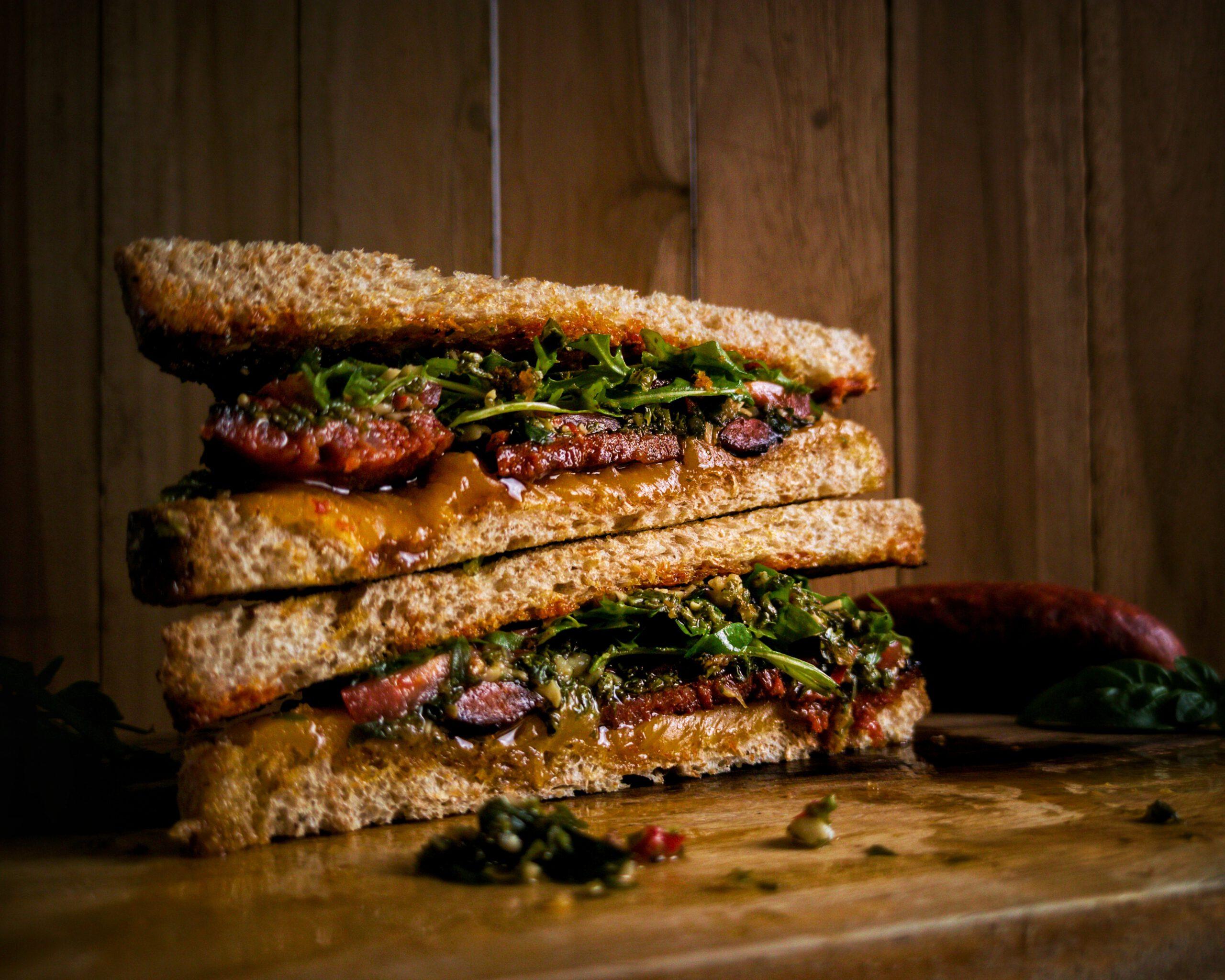Choripan Sandwich mit Chorizo und Chimichurri