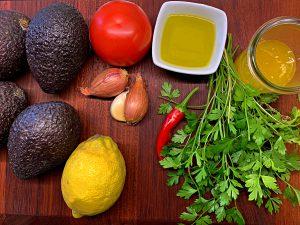 Zutaten für die gegrillte Avocado mit Tomaten-Gremolata