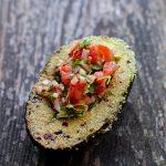 Vorspeise: gegrillte Avocado mit Tomaten-Gremolata