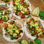 vegane Tacos mit schwarzem Bohnenmus