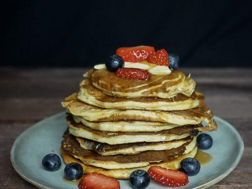 Pancakes mit Früchten und Ahornsirup