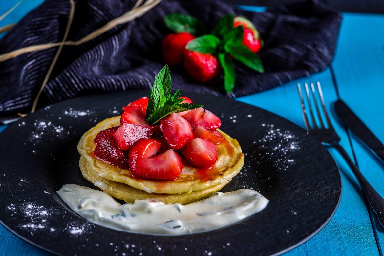 Pancakes mit flambierten Erdbeeren
