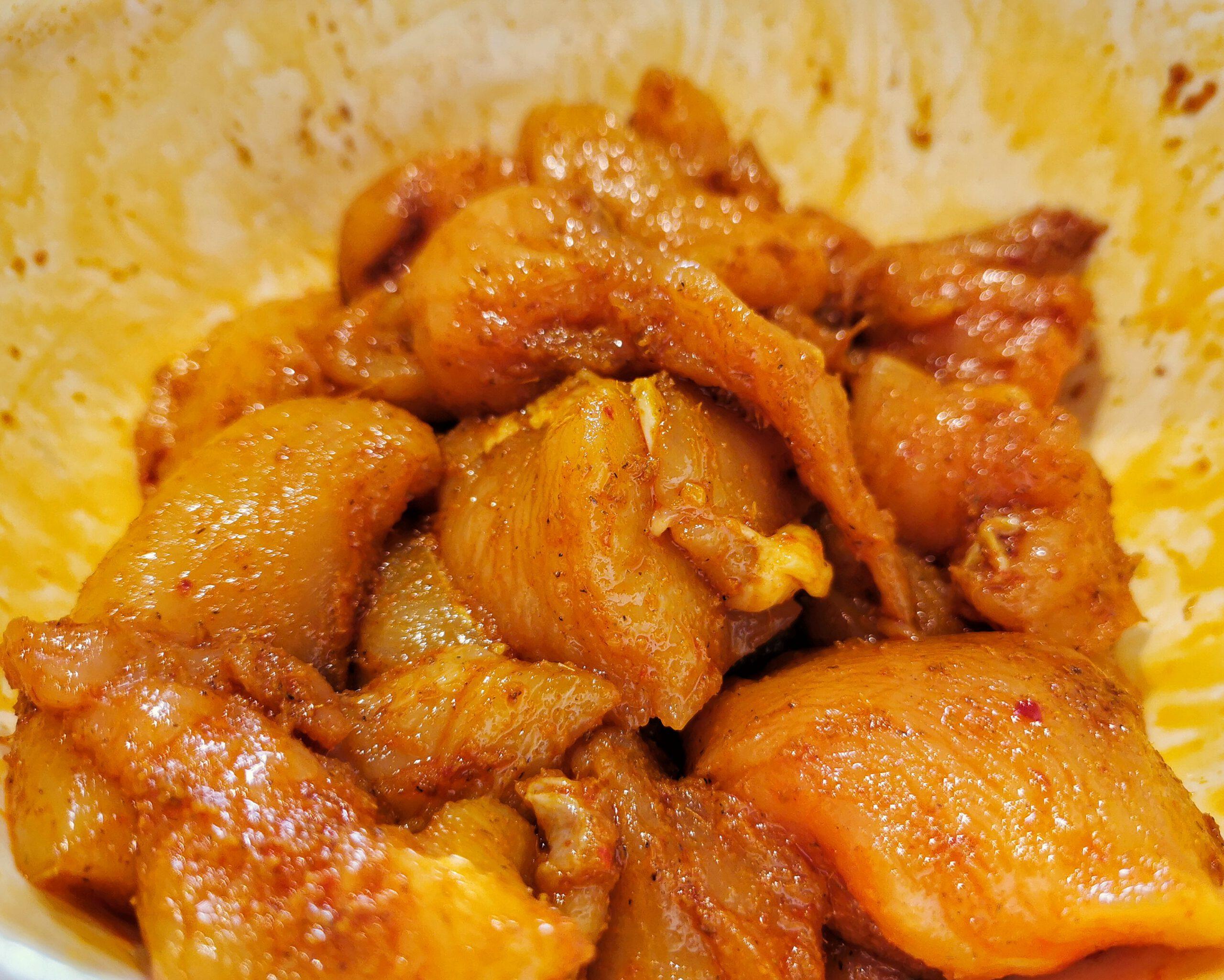 Das Hähnchen wir mit der Currypaste mariniert