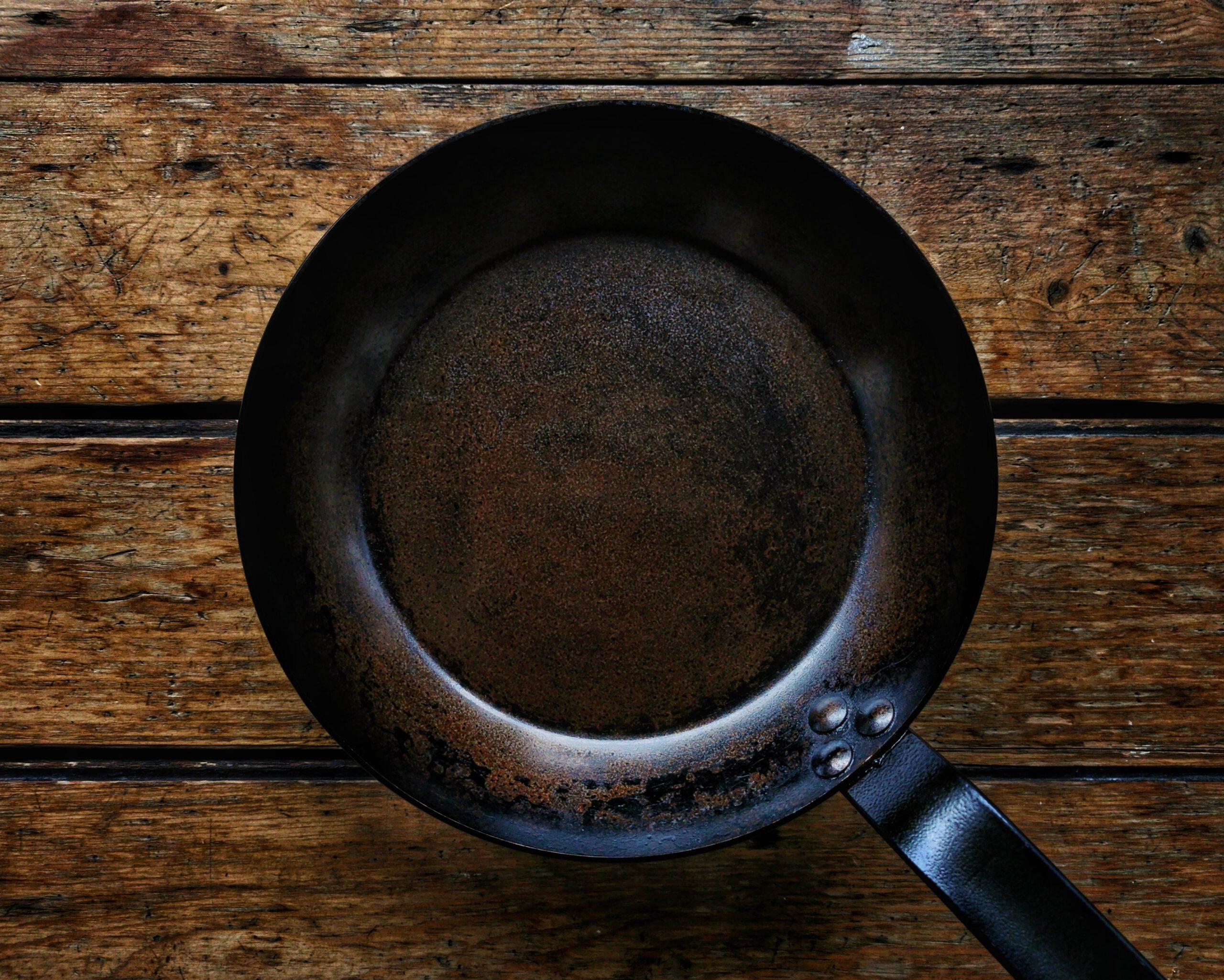 Eine gute Eisenpfanne muss eingebrannt werden.
