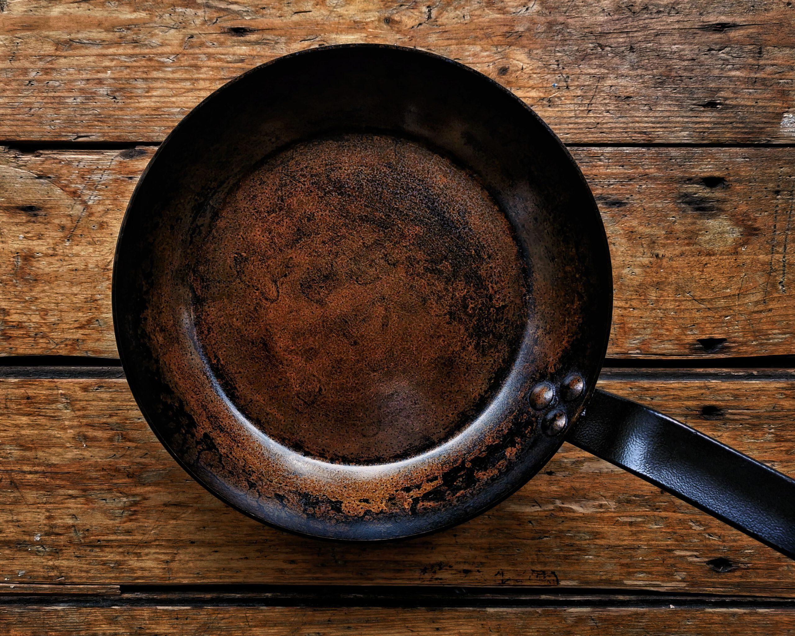 Dutch Oven, Eisenpfanne und co. so einbrennen!