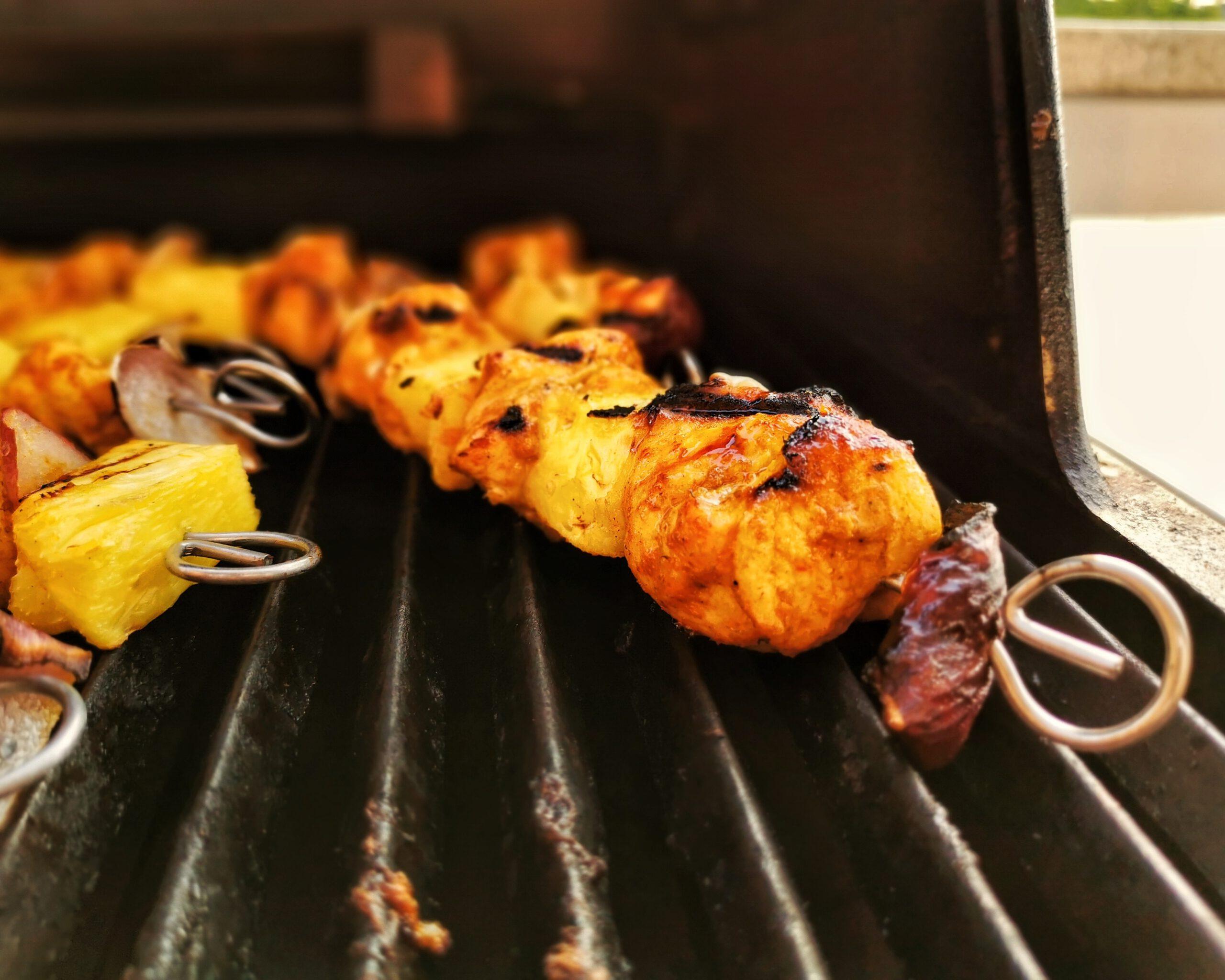 Grillspieße mit Hähnchen und Ananas auf dem Grill