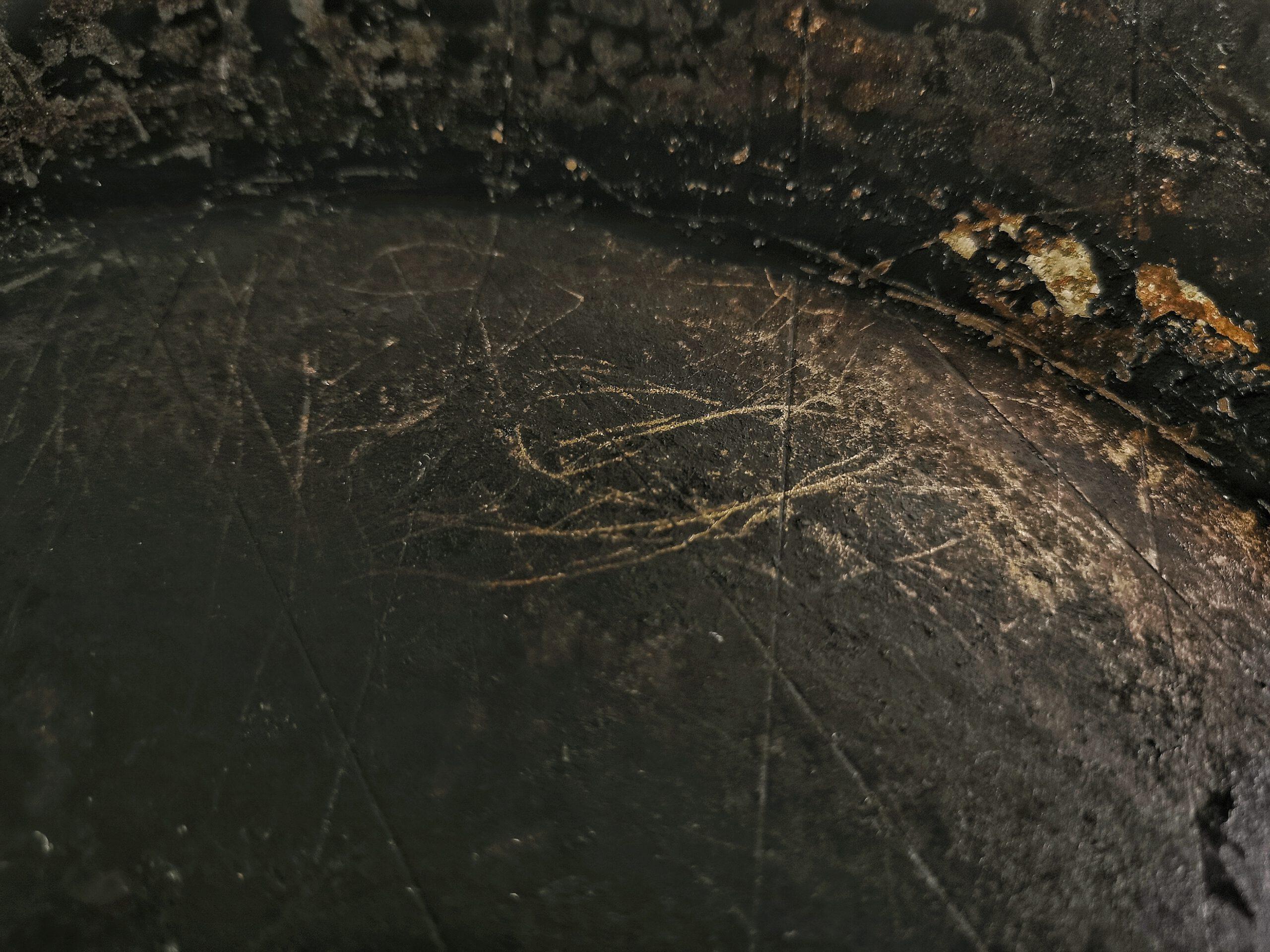 Kratzen oder Schrubben ist schädlicher als Spüli für die Patina
