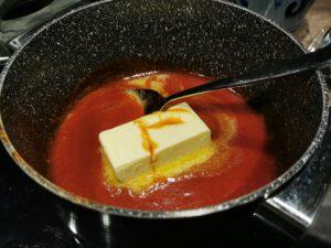 Die Buffalo Sauce mit kalter Butter abbinden.