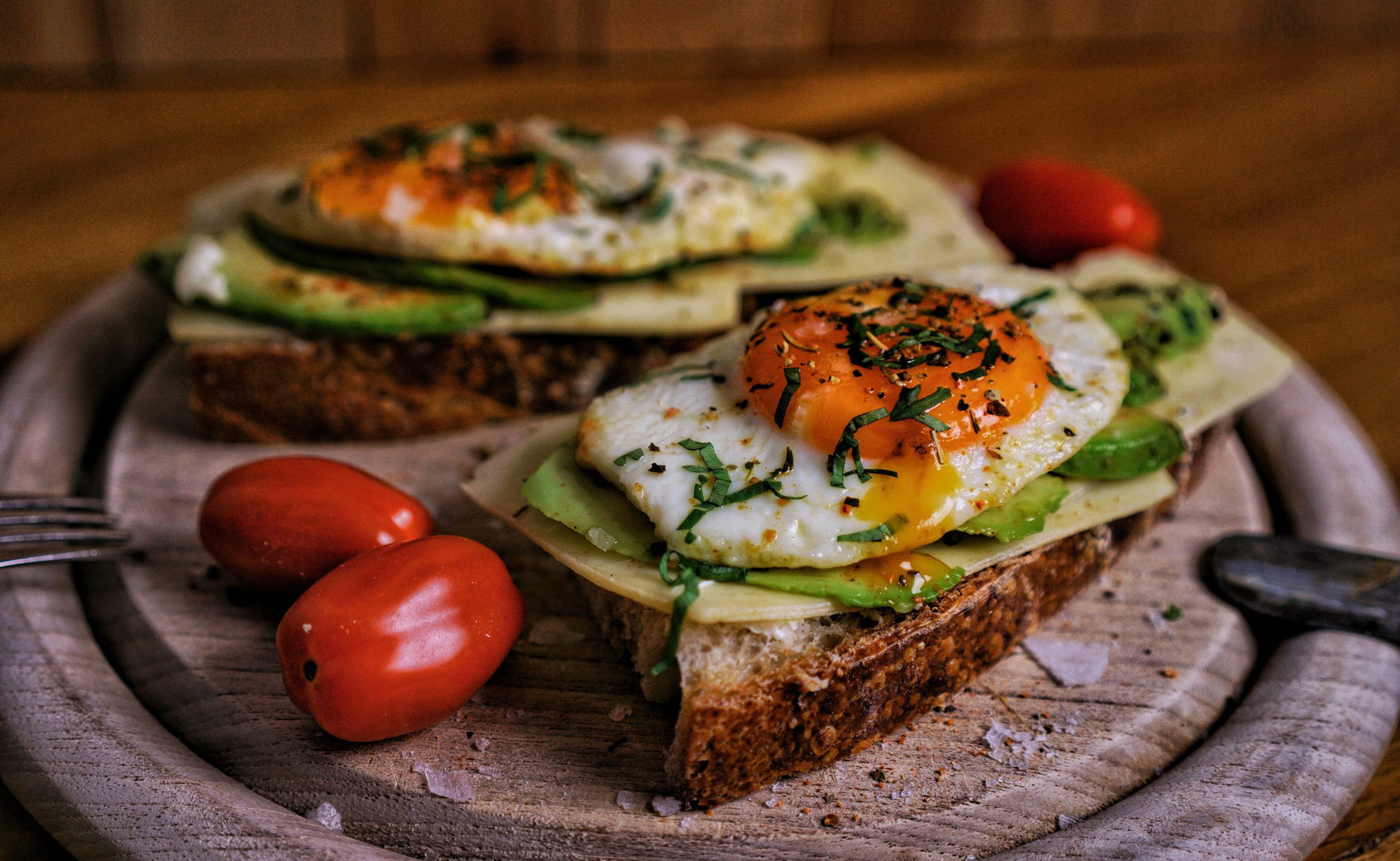 Sonntagsfrühstück mit Ei auf Sauerteigbrot