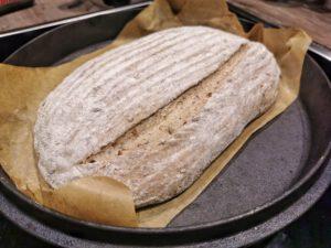 Das Sauerteigbrot mit Altbrot in den vorgeheizten Dutch Oven geben und mit einem scharfen Messer oder einer Rasierklinge einschneiden.