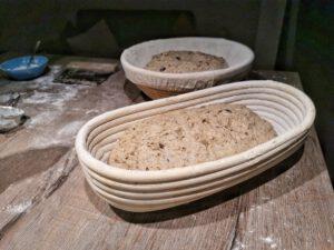 Das Brot mit Kochstück aus Altbrot und Brühstück aus Körnern in ein bemehltes Körbchen geben.